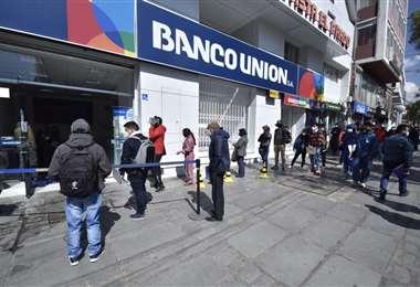 Filas en las entidades financieras del Banco Unión en La Paz. Foto: APG