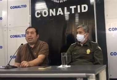 Santamaría (izq.) anunció el hallazgo en conferencia de prensa