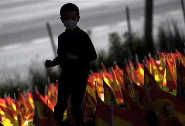 Homenaje a víctimas del covid en el parque Roma de Madrid. Foto AFP
