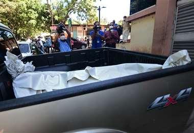 El cadáver de Armendares en una camioneta de Criminalística. Foto AFP