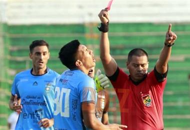 Urapuca recibió la tarjeta roja. Foto: Ricardo Montero