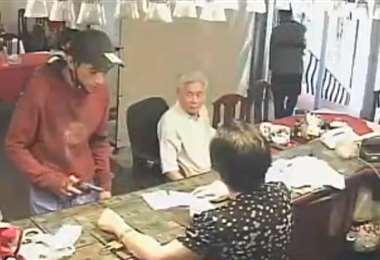 El robo quedó registrado por las cámaras del lugar