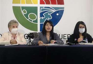 Nadia Cruz (c), Defensora del Pueblo.