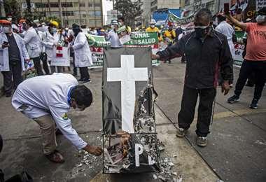 La protesta de los trabajadores de salud. Foto AFP