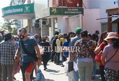 La gente acudió al SER para beneficiarse con el perdonazo. Foto: Ipa Ibañez