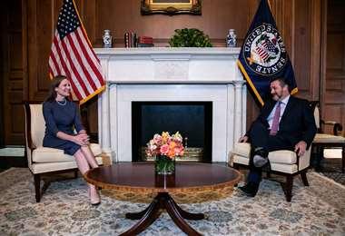 Amy Coney Barrett con el senador por Texas, Ted Cruz. Foto AFP
