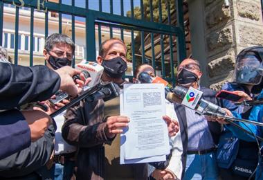 Camacho a su salida del TSE en La Paz. Foto. Roger Barba