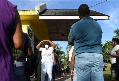 Electores esperan fuera de un centro de votación. Foto AFP
