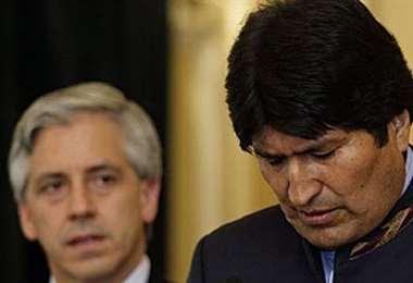 Desde su salida del Poder, Morales (der.) no vive en Bolivia