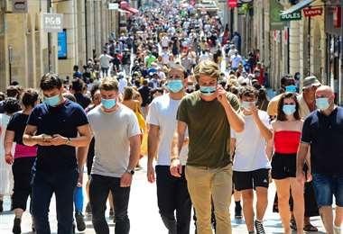 La gente camina por la principal calle comercial de Burdeos. Foto AFP