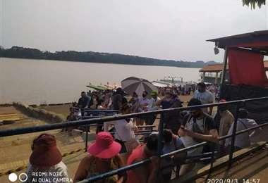 Los ciudadanos bolivianos a la espera de pasar a Brasil (Soy de Guayaramerín)