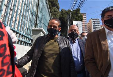 Camacho llegó al TSE en compañía de abogados y gente de su confianza. Foto. APG