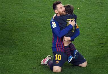 Messi conuno de sus hijos. No se descarta que el '10' siga en el Barcelona. Foto: AFP