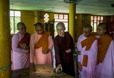 Ketumala enseña un video a unas monjas del monasterio de Yangon. Foto AFP