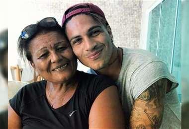 Paolo junto a su madre Petronila Gonzales. Foto: Internet