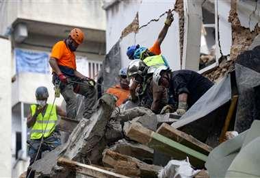 Los rescatistas buscan entre los escombros. Foto AFP