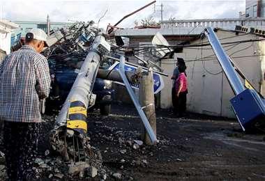 Un poste de tendido eléctrico derribado por el tifón en Uslan (Corea del Sur). Foto AFP