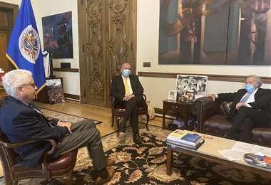 El ministro de Gobierno en reunión con Luis Almagro (Foto: Twitter)