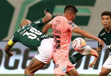 Saavedra disputa la pelota con Felipe Melo. Foto: AFP