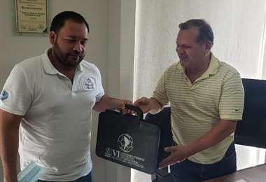 Momento en el que Augusto Chávez (izq) recibe documentación de Fabol. Foto: Fabol