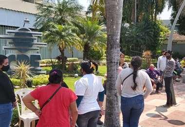 Cientos de personas llegaron a CRE para acogerse al plan de pago de deuda