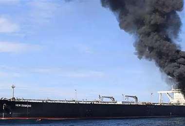 El barco petrolero incendiado. Foto Internet