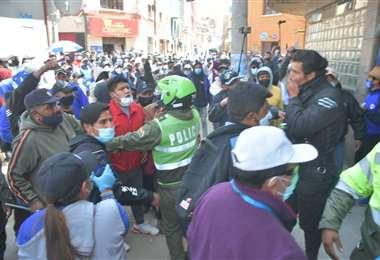 La turba de hinchas de San José que protestaron este viernes en Oruro. APG