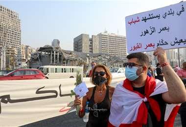 La gente protesta en Beirut a un mes de la explosión. Foto AFP