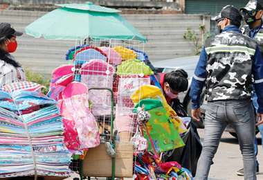 Funcionarios municipales piden dejar las calles a los ambulantes/Foto: Ricardo Montero
