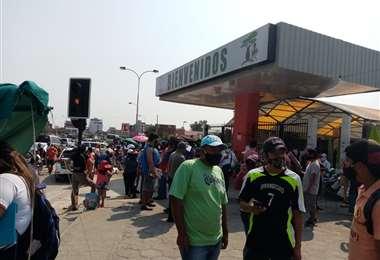 Este sábado varias personas llegaron a buscar pasaje en la terminal terrestre/Foto: EEE