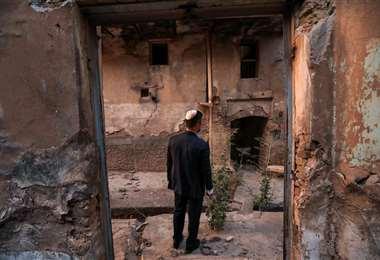 Ranj Abderrahman Cohen, un judío kurdo, en una sinagoga en ruinas en Arbil. Foto AFP