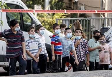 Niños israelíes parados en una calle de la ciudad de Bnei Brak. Foto AFP
