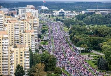 La gente se concentró en varios lugares de Minsk. Foto AFP