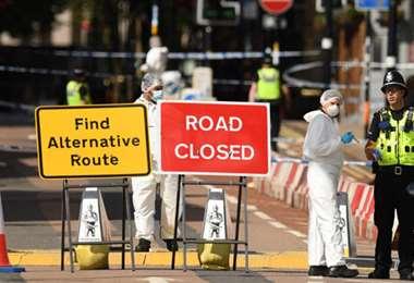 expertos colectan pruebas en el lugar del ataque. Foto AFP