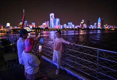 Turistas en un barco por el río Yangtzé en Wuhan. Foto AFP