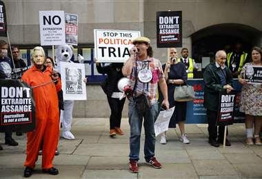 Manifestantes protestan frente a la corte de Old Bailey en el centro de Londres. Foto AFP