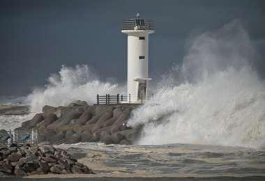 Las olas traídas por el tifón Haishen chocan contra el rompeolas en Sokcho. Fota AFP