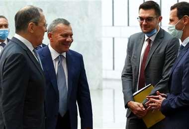 Lavrov (2do de la izq.) y el presidente de Siria (dcha.). Foto AFP