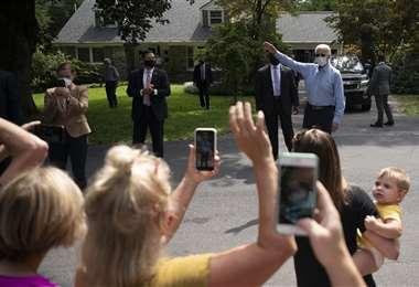 Biden saluda a simpatizantes en Lancaster. Foto AFP