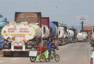 Varios cisternas aguarda afuera de la refinería de Palmasola/Foto: Jorge Ibañez