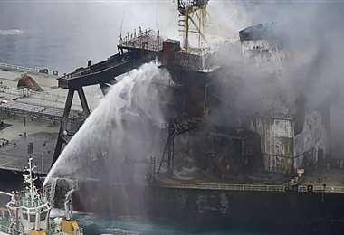 El barco continúa ardiendo. Foto Internet