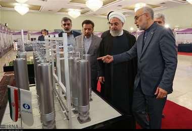 El presidente iraní observa centrifugadoras para enriquecer uranio. Foto Internet