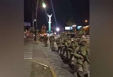 Los efectivos militares ingresando por la av. Monseñor Rivero. Foto: RRSS
