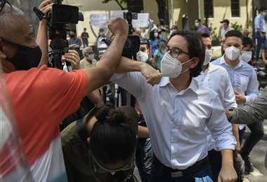 El opositor Guevara abandona la embajada de Chile. Foto: AFP