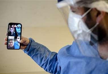 Hospital escuela argentino avanza con clases virtuales. Foto: AFP