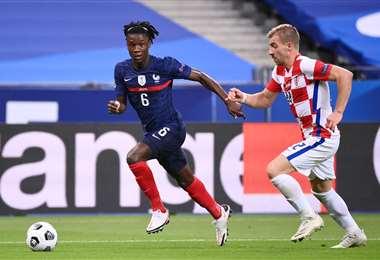 Eduardo Camavinga se escapa. Tiene 17 años. Debutó este martes en la selección de Francia.
