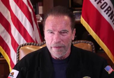 Arnold Schwarzenegger  mientras daba su mensaje
