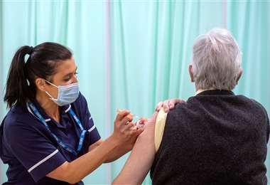 En Reino Unido sigue la vacunación contra el Covid-19/Foto: AFP