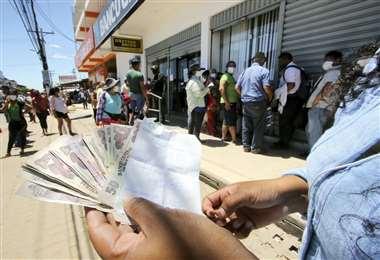 Ya se inicio el pago de los Bs 1.000 a los más jóvenes (Foto: Juan Carlos Torrejón)