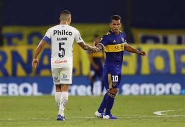 Alison y Tévez, capitanes de Santos y Boca,  respectivamente. Foto: AFP